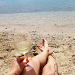 bosé nohy u moře